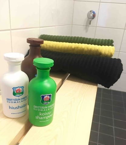 Pyyhkeet, lakanat, shampoot ja wc-paperi kuuluvat hintaan. Kylpyhuoneessa on hiustenkuivain.