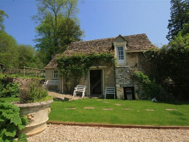 MAYFLY COTTAGE, with a garden in Coln St Aldwyns, Ref 988795