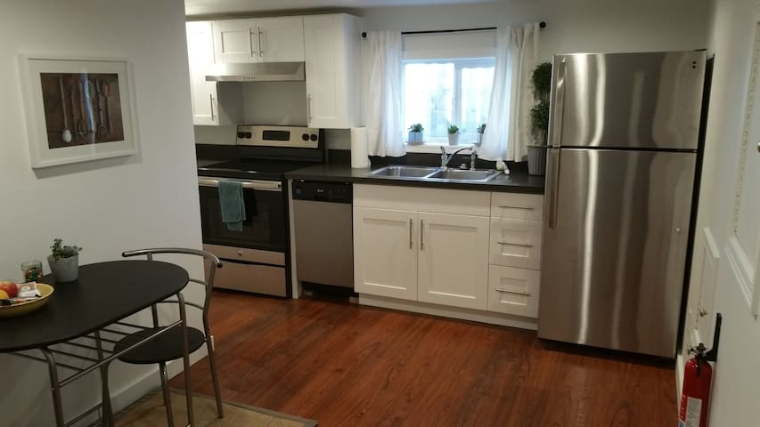 Great Remodeled One-Bed Apartment Blocks from Rail - Seattle - Muu