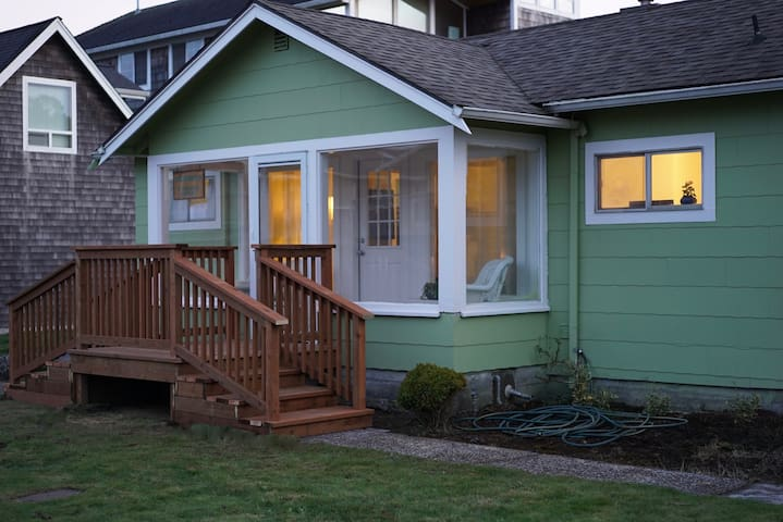 SeaBreeze Bungalow - 1/2 block to the Beach!