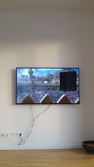 """Large 55"""" UHD/4K tv with accesss to netflix and a large library of films. Of course also cable tv.."""