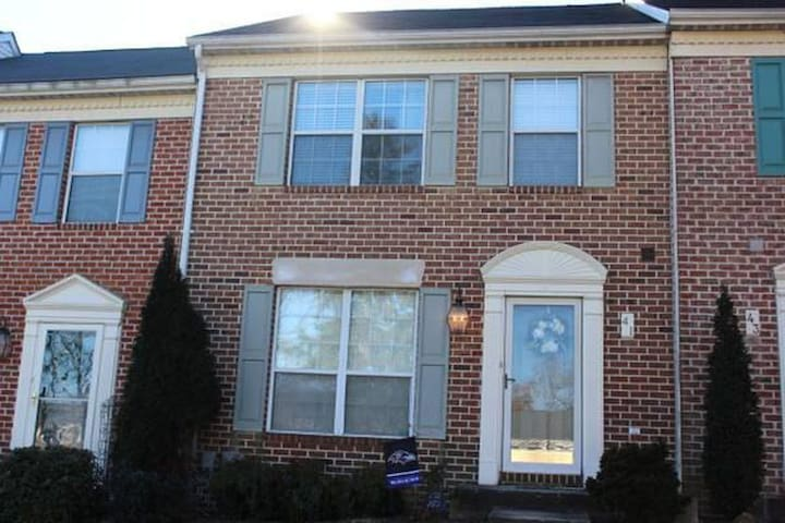 Beautiful 3 BR Townhouse for Year Long Rental