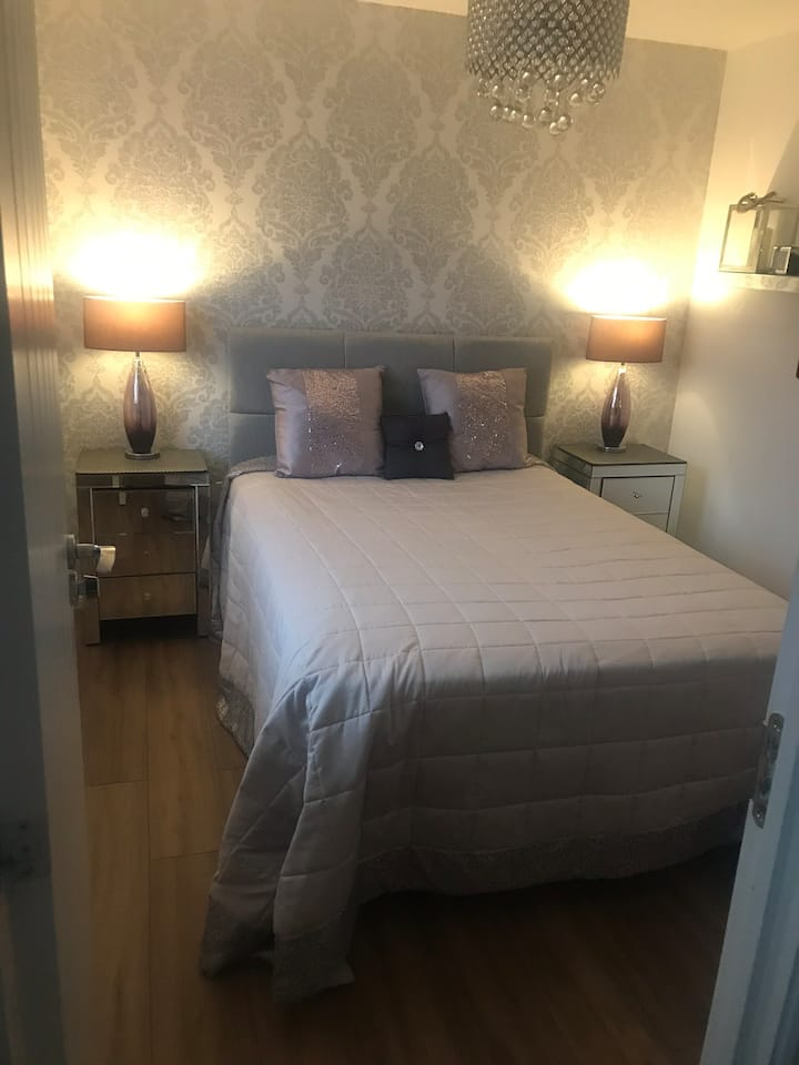 Double room with en-suite. Central for North West