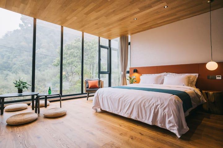 """莫干山&""""倚竹""""是若涛民宿中最受欢迎家庭房之一。度假首选,清凉幽静,有泳池,适合亲子出游。靠近景区。"""
