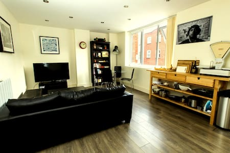 Private double bedroom available in a modern London flat with an en-suite bathroom. Zone 2, close proximity to central London, ideal for couples.