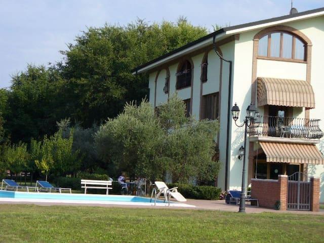 Camera Matrimoniale Uno - balcone e bagno privato