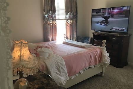 "Beautiful  Room . 50""Tv . Queen Bed - Las Vegas"
