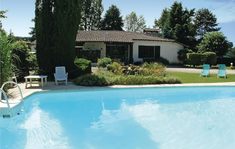 Stunning home in Vergt with WiFi and 3 Bedrooms
