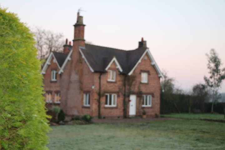 3 bed Victorian farmhouse in approx 2-acre garden. - Pulford - House