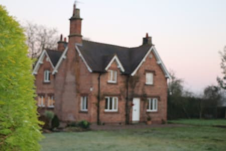 3 bed Victorian farmhouse in approx 2-acre garden. - Pulford - Rumah
