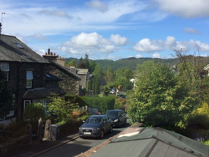 Windermere flat with views & parking