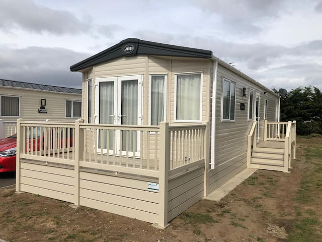 6 berth superior modern caravan to let