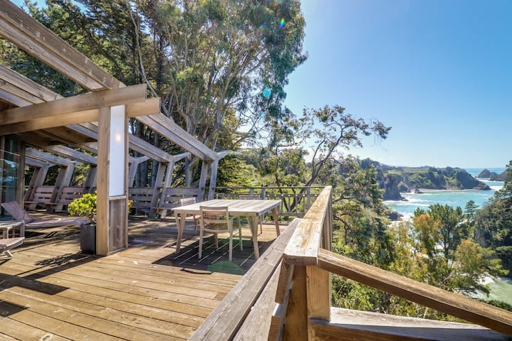 Oceanfront, blufftop home w/ incredible deck & water views - close to beaches!