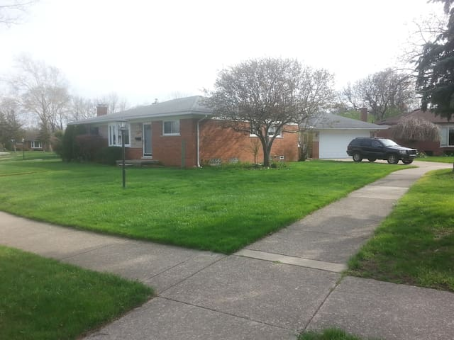 Clean, Safe, Friendly home, central to 3 freeways.