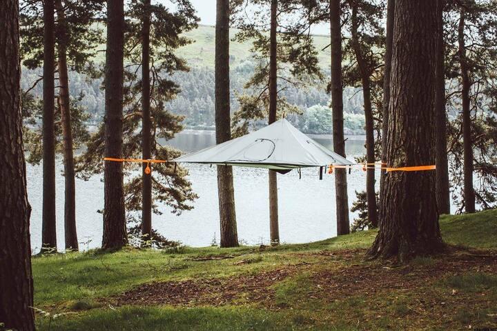 Подвесная палатка тент на берегу озера