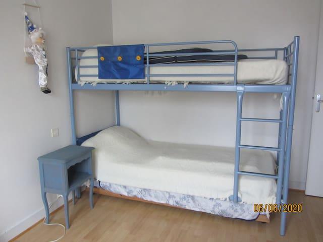 Chambre des enfants , lits superposés, plus un lit complet en dessous.