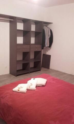 Lit fait à votre arrivée, serviettes de bain fournies, dressing à disposition