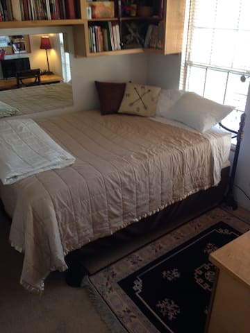 """Queen size bed with a 2-inch memory foam topper. Extra blankets, a room space heater and ceiling fan. """"...we had a stress-free and clean place to get a good night's rest"""" Grave D."""