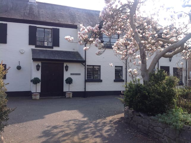 The Coach House, Hawarden, sleeps upto 9 guests.