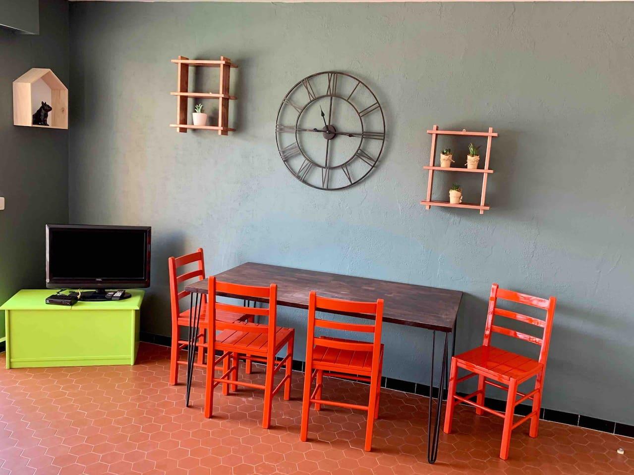 Salon avec un lit BZ, un lit simple, deux relax et une télévision