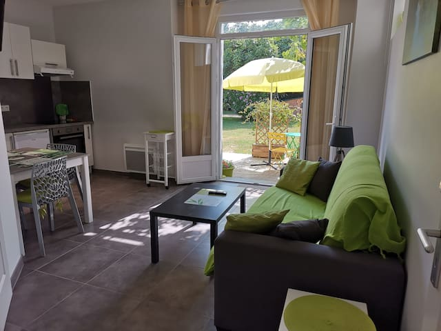 T2 rez-de-jardin  dans villa ,décoration verte