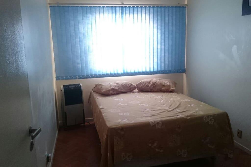 Quarto espaçoso, com uma cama mega confortável, climatizador, tem também guarda roupa. Tudo que você precisa para se sentir em casa