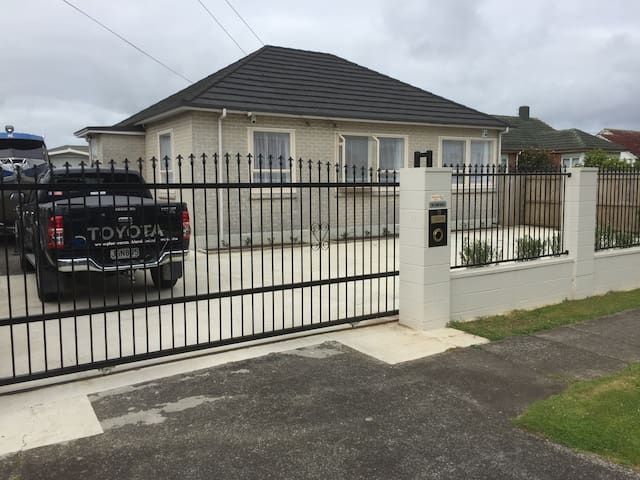 Modern 3 Bedroom Home close to the Airport - Auckland - Huis