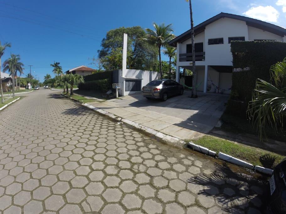 Casa com dois terrenos e de esquina a 200m da praia.