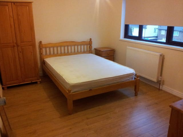 Modern room 6 close to Heathrow T4