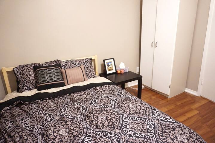 Great Location! Lovely room with full sized bed. - Thunder Bay