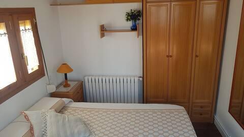 Dormitorio y salita, en mini ático.