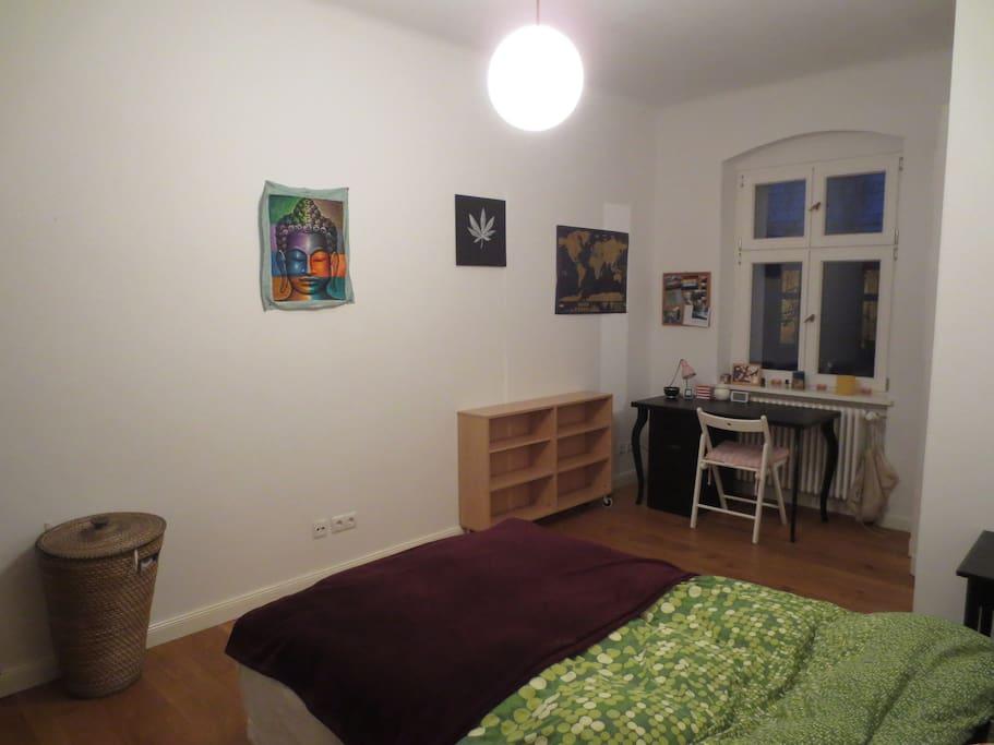 Schlafzimmer mit freiem Regal