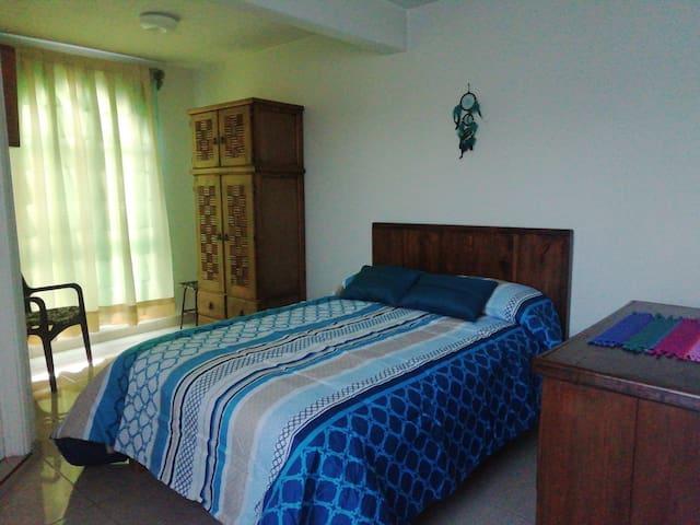 Confortable habitación con excelente iluminación