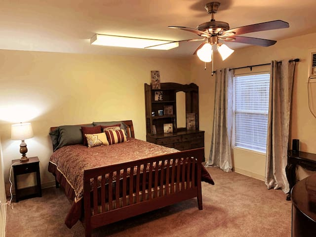 SPACIOUS 1BR Guest House, Mins Drive From Airport