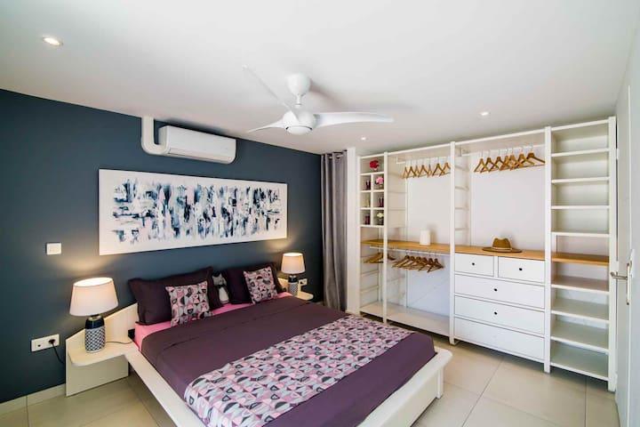 Chambre avec dressing ouvert