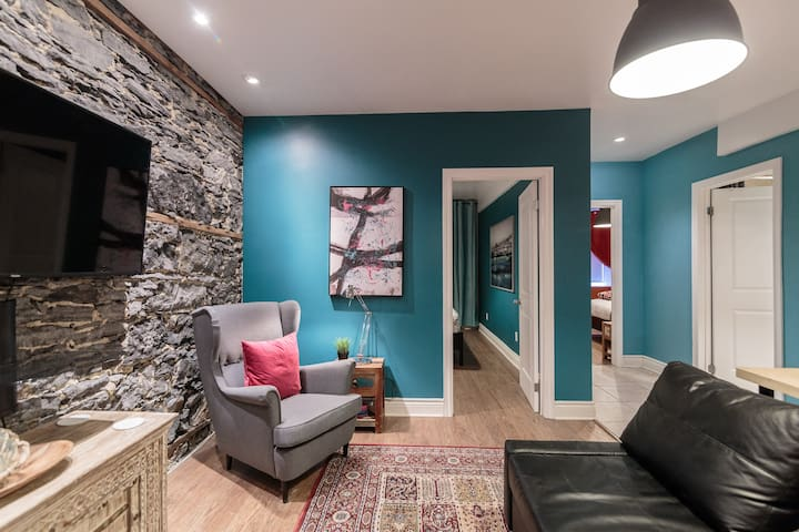 COLORFUL 3BDR Residence in DOWNTOWN /w Parking