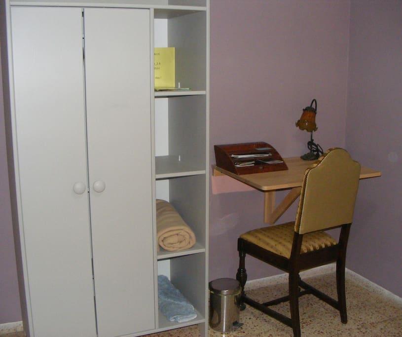 La chambre : Espace  de travail et armoire