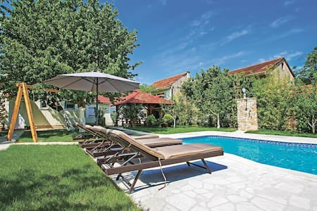 Holiday cottage with 5 bedrooms on 107m² in Knin