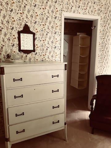 The Veneck Room  Queen Size Bed