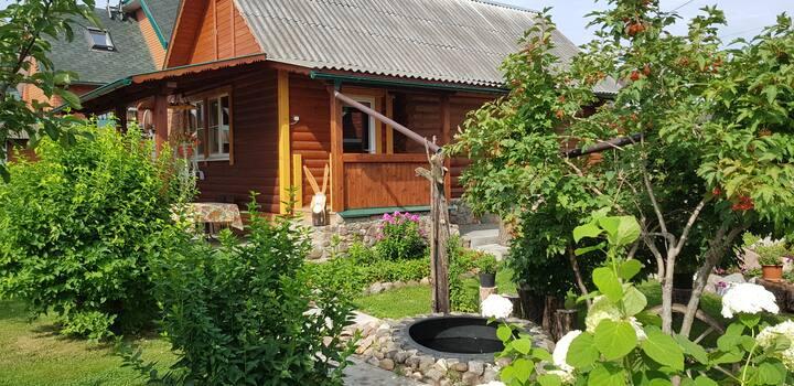 Рубленый гостевой домик с камином и русской баней.