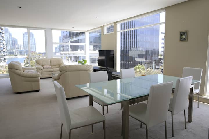 Docklands Luxury Penthouse Above the Shopping Town