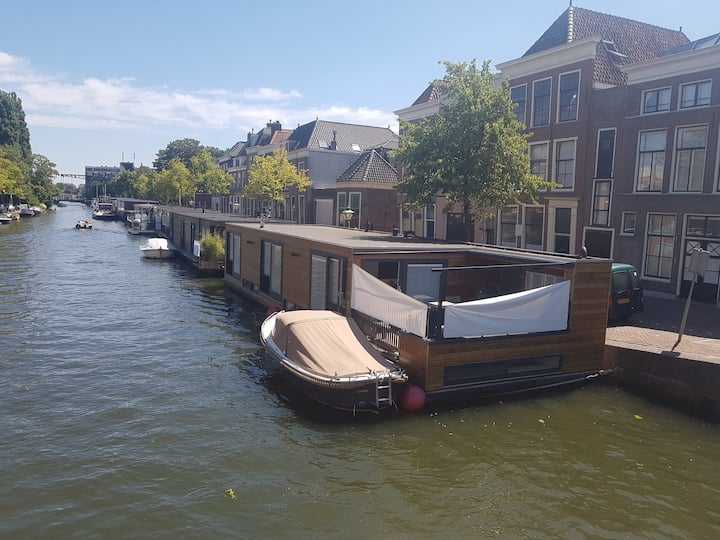 Luxurious houseboat in Leiden to fully enjoy