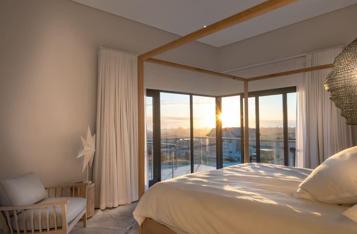 Schlafzimmer 1 mit Bad en suite und Klimaanlage sowie begehbarem Kleiderschrank und traumhaftem Ausblick