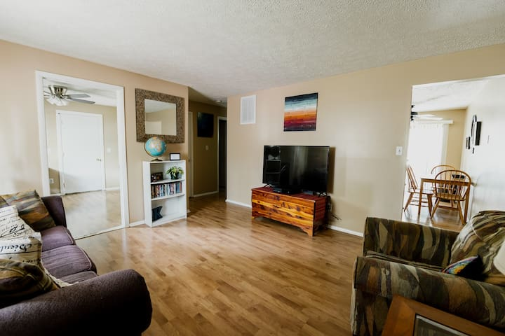 Cozy 1-2 Bedroom Apt / Extended Stays Welcome!