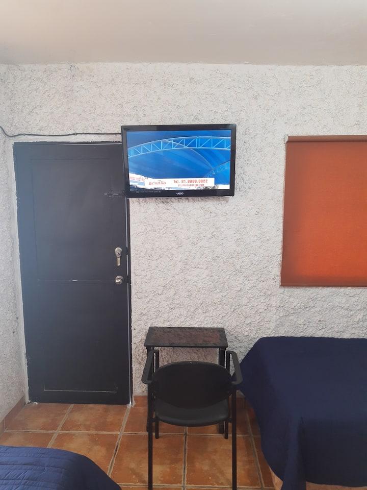 Habitación privada acceso directo y cochera TV