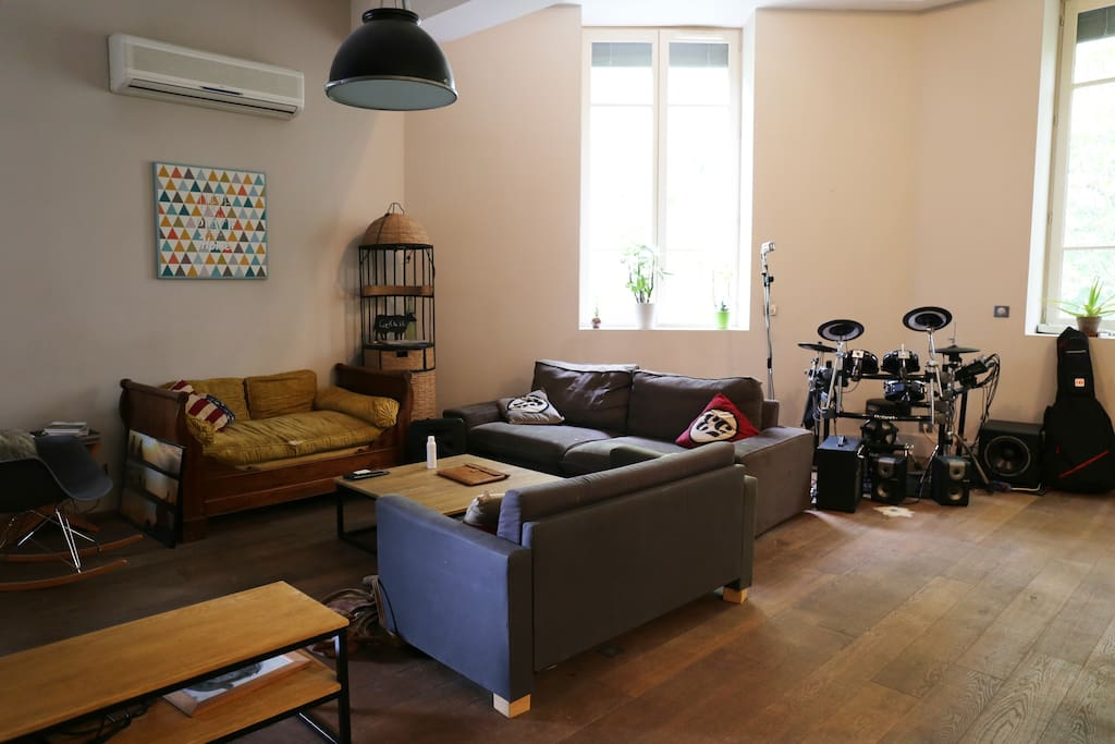 Un salon spacieux et cosy pour se prélasser après une balade en ville !