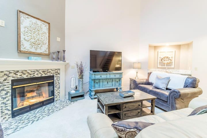 Condo with Indoor Outdoor Pools   Hot Tub   Free WiFi   Close to the Strip   Pointe Royale (651110)