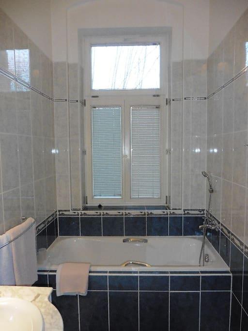 Suite No 3 - bathtube