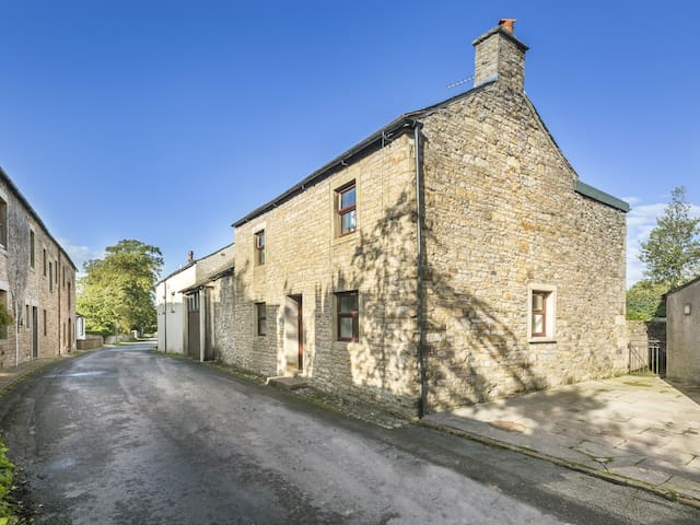 ELLWOOD HOUSE, pet friendly, with a garden in Caldbeck, Ref 972300