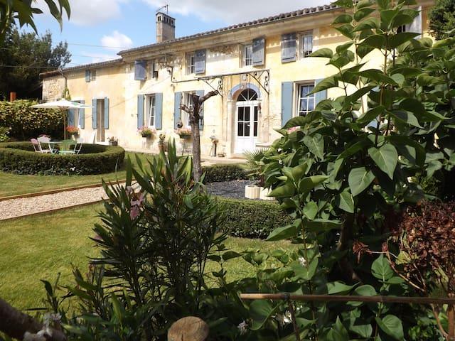"""""""La Girondine""""  Chambre Double donnant sur jardin"""